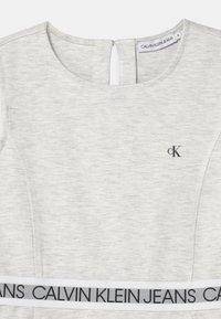 Calvin Klein Jeans - LOGO TAPE SLEEVELESS  - Vestito di maglina - grey - 2