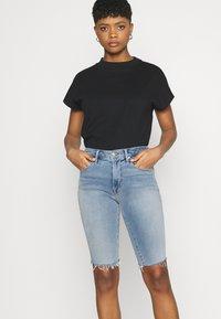 Good American - BERMUDA SHORT FRAY HEM - Denim shorts - blue - 3