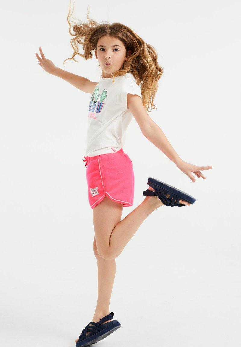 WE Fashion - MET GLITTEROPDRUK - Shorts - bright pink