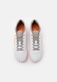 Umbro - VELOCITA V CLUB FG - Kopačky lisovky - white/carrot/frost gray - 3