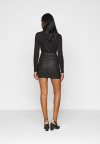 Vero Moda Petite - VMSEVEN MR SHORT COATED SKIRT - Minisukně - black - 2
