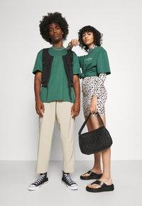 Jack & Jones - JORTOBIAS TEE CREW NECK CHEST UNISEX - Basic T-shirt - trekking green - 1