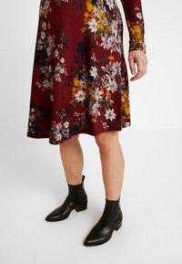 Anna Field MAMA - Pletené šaty - red/dark blue - 4