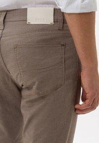 BRAX - STYLE CADIZ - Trousers - toffee - 4