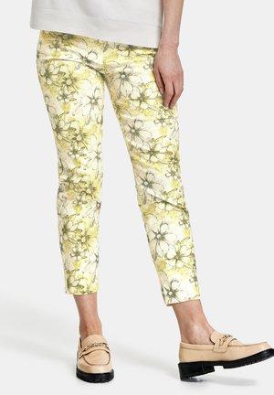 MIT BLUMENMUSTER REGUL - Slim fit jeans - lime khaki