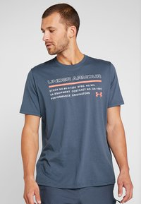 Under Armour - ISSUED - T-shirt con stampa - wire/beta red - 0