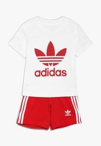 adidas Originals - TEE SET UNISEX - Shorts - white/scarlet - 0