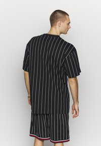 Karl Kani - SIGNATURE PINSTRIPE TEE - Print T-shirt - black/white/red - 2