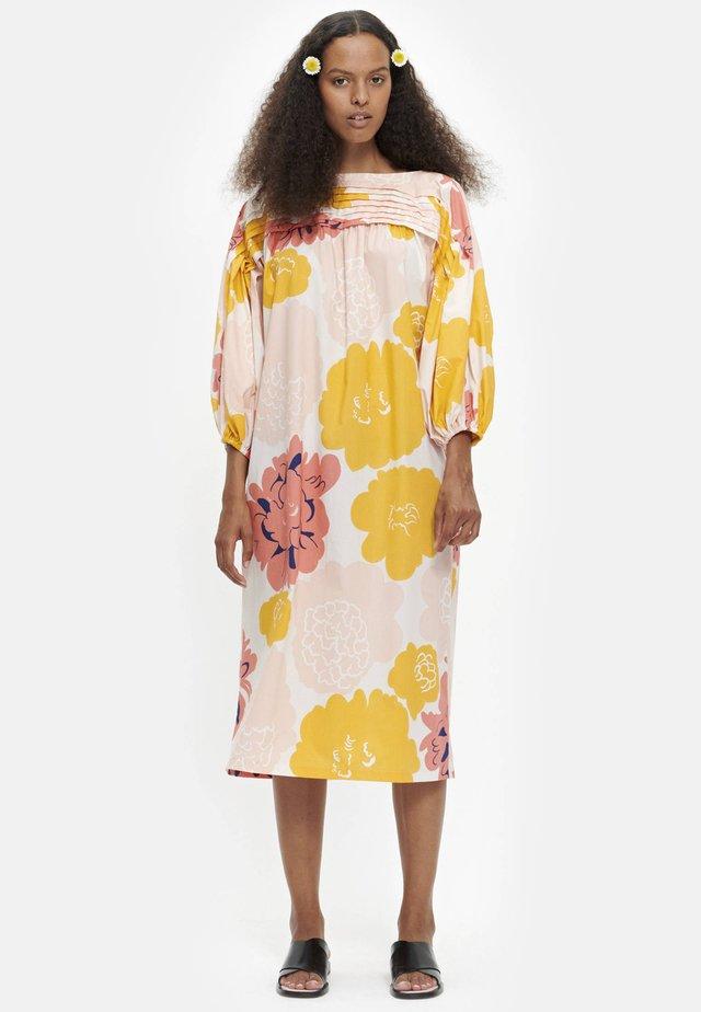 MAININKI PIONI  - Vestido informal - peach/yellow/coral