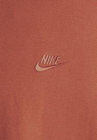 Nike Sportswear - TEE PREMIUM ESSENTIAL - T-shirt basic - light sienna - 2