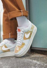 Nike Sportswear - AIR FORCE 1 '07 LX M2Z2 - Joggesko - photon dust/team orange - 2
