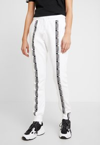 adidas Originals - R.Y.V. CUFFED SPORT PANTS - Pantalones deportivos - white - 0