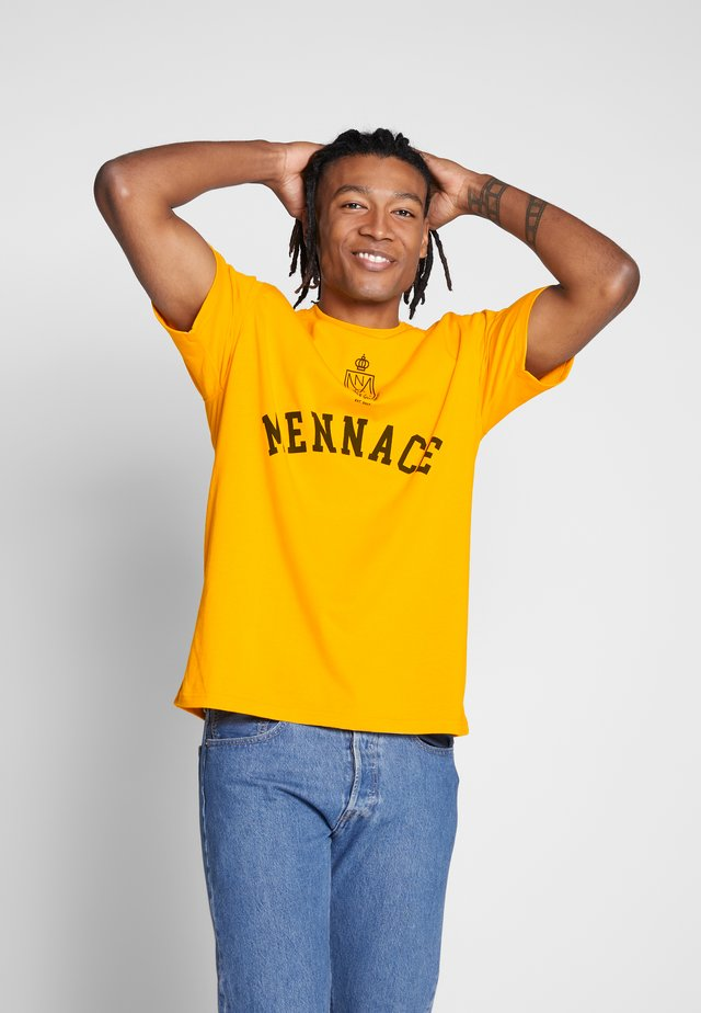 UNISEX MENNACE COLLEGIATE - Printtipaita - yellow