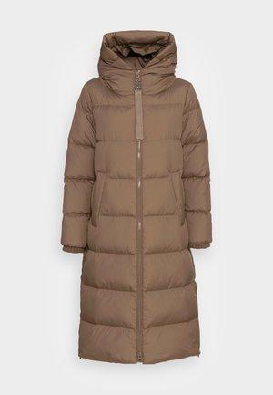 PUFFER COAT FIX HOOD WELT POCKETS BACKPACK STRAPS  - Kabát zprachového peří - nutshell brown