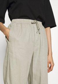 Filippa K - HAYLEY TROUSER - Spodnie materiałowe - grey/beige - 5