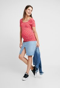 Dorothy Perkins Maternity - SQUARE NECK FLORAL - Printtipaita - red ditsy - 1