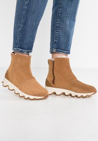 Sorel - KINETIC SHORT - Winter boots - camel brown/natural - 0