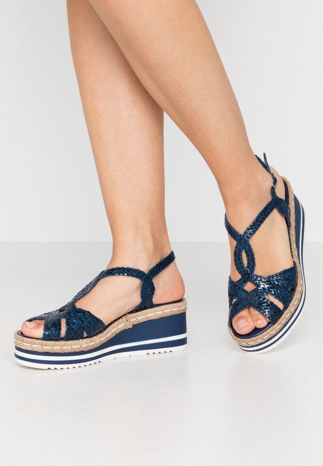 Sandały na platformie - azulon