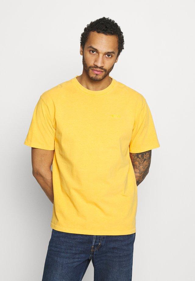 VINTAGE TEE - Jednoduché triko - kumquat garment dye