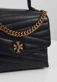 Tory Burch - KIRA CHEVRON TOP HANDLE SATCHEL - Torebka - black - 6