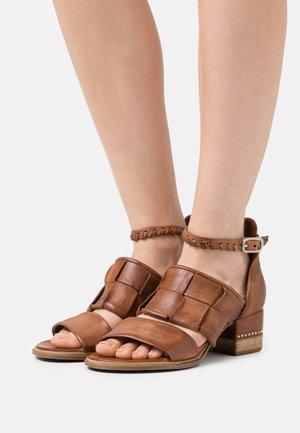 Sandalen - calvados