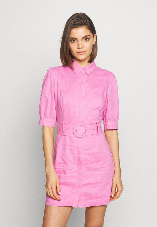 PUFF SLEEVE BELTED MINI DRESS - Košilové šaty - hot pink