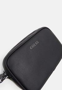 Guess - SCALA SMALL NECESSAIRE UNISEX - Trousse de toilette - black - 3