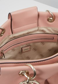 Guess - TARA GIRLFRIEND SATCHEL SET - Bolso de mano - peach - 4