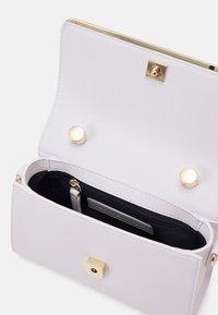 Tommy Hilfiger - MODERN BAR BAG STRAP - Handbag - white - 2