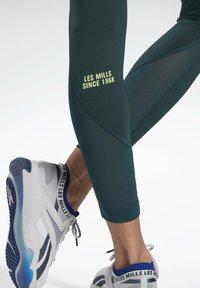Reebok - LES MILLS® LUX PERFORM LEGGINGS - Leggings - green - 4