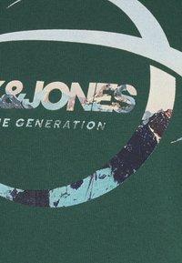 Jack & Jones - JORSCALING HOOD - Hoodie - green - 6