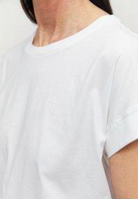 ARMEDANGELS - IDAA  - Basic T-shirt - white - 3