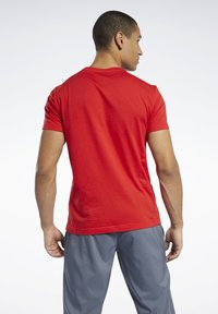 Reebok - ELEMENTS SPORT SHORT SLEEVE GRAPHIC TEE - Print T-shirt - red - 2