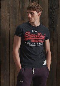 Superdry - Print T-shirt - black snow heather - 0