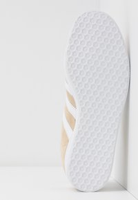 adidas Originals - GAZELLE - Baskets basses - savanne/footwear white/glow red - 6