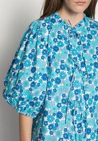 Résumé - FARAH DRESS - Denní šaty - light blue - 4