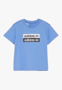 adidas Originals - V-OCAL TEE - Printtipaita - real blue - 0
