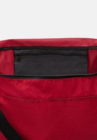 Hummel - CORE SPORTS BAG - Urheilukassi - biking red/raspberry sorbet - 3