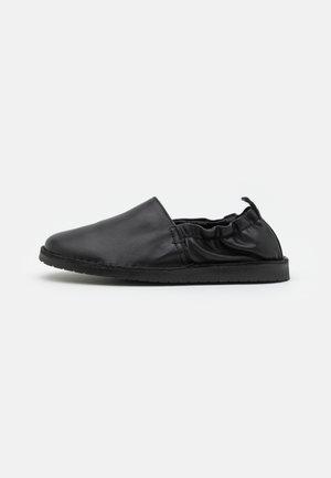 DRAKE - Loaferit/pistokkaat - black