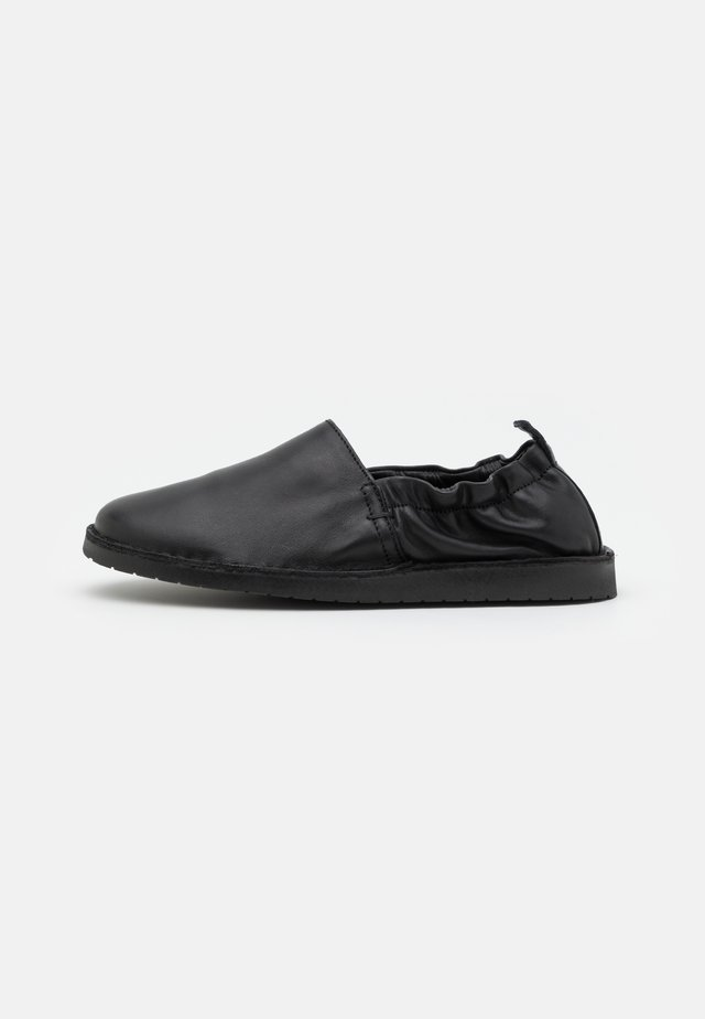 DRAKE - Loaferit/pistokkaat - black