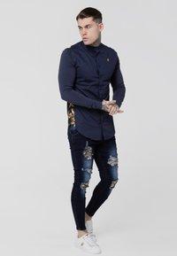 SIKSILK - LOW RISE DISTRESSED BURST KNEE - Jeans Skinny Fit - dark blue wash - 1