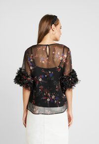Vince Camuto - RUFFLE COUNTRY BOUQUET BLOUSE - Bluser - rich black - 2