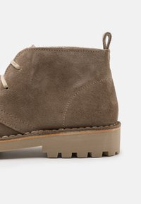 Selected Homme - SLHRICKY CHUKKA BOOT STRAP - Casual lace-ups - sand - 5