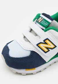 New Balance - IV574NLA UNISEX - Trainers - white/navy - 5
