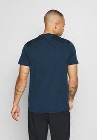 Icebreaker - MENS TECH LITE CREWE HEATING UP - Print T-shirt - nightfall - 2