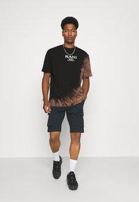 Karl Kani - RETRO BLEACHED TEE UNISEX - T-shirt con stampa - black - 1
