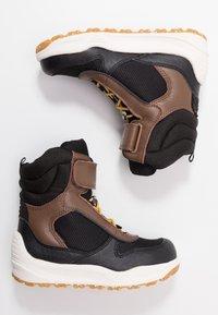 Woden - MALIK MIDCUT WATERPROOF - Stivali da neve  - brown/grey - 0