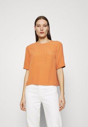TIANA - T-shirt basic - sienna autumn