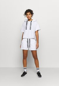 DKNY - LOGO LACE DRAWCORD CROPPED SHORT SLEEVE HOODIE - Mikina - white - 1