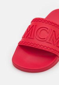 MCM - WOMENS BIG LOGO RUBBER SLIDES - Pool slides - lychee - 6